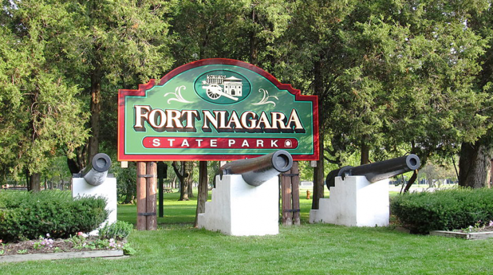 A sign welcomes visitors to Fort Niagara State Park.
